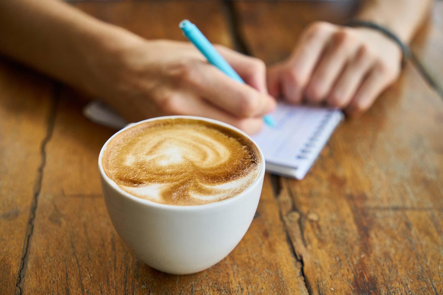 Genrebild Kaffe och anteckningar