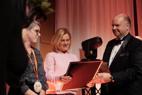 Operation Smiles generalsekreterare Cajsa Wiking tog emot priset