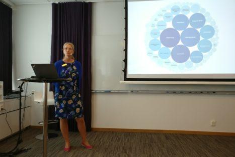 Generalsekreterare Charlotte Rydh presenterar FRIIs medlemsorganisationer utifrån storleken på insamlade medel. Foto: Malin Ekelund