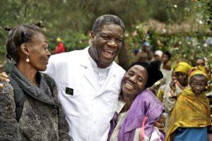 Dennis Mukwege tillsammans med några kvinnor. Foto: Torleif Svensson